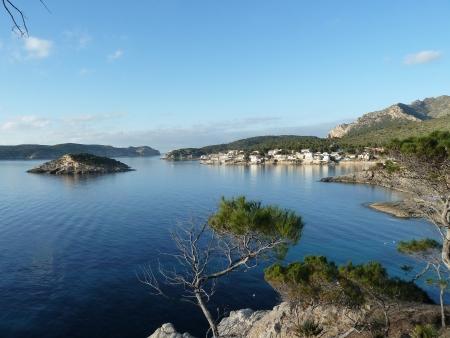 Vorne der Ort Sant Elm, links die Dracheninsel Sa Dragonera